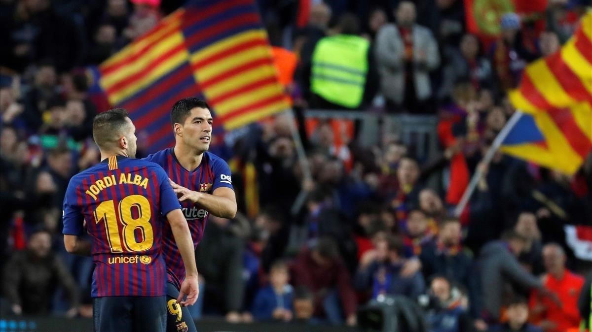 Jordi Alba,felicitado por Luis Suárez en el clásico del Camp Nou.