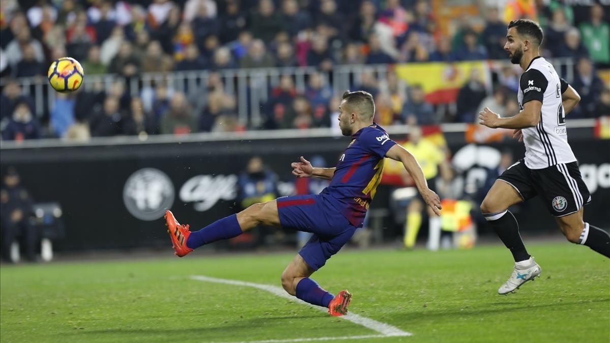 Jordi Alba marca el gol del empate en Mestalla a pase de Messi.