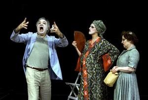 Jordi Bosch, Laura Aubert y Francesca Piñón, durante la representación de 'A teatro con Eduardo', en el Teatre Lliure de Montjuïc.
