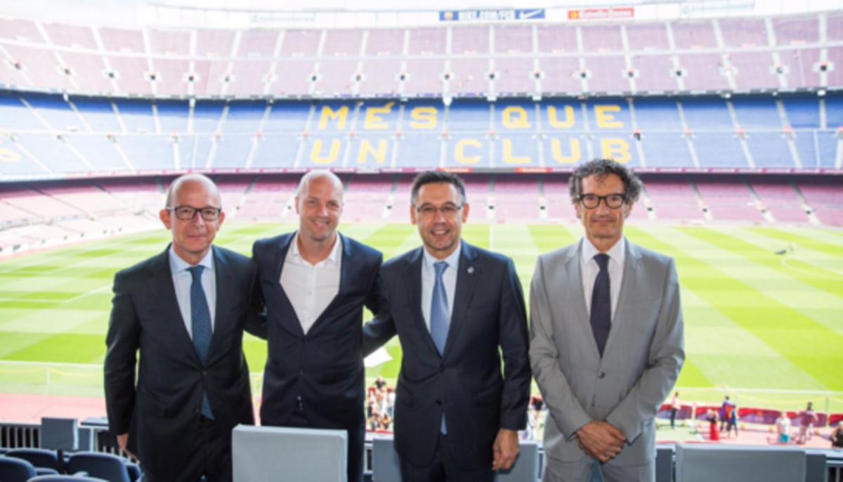 Jordi Cruyff y Bartomeu posan en el Camp Nou tras la firma del acuerdo