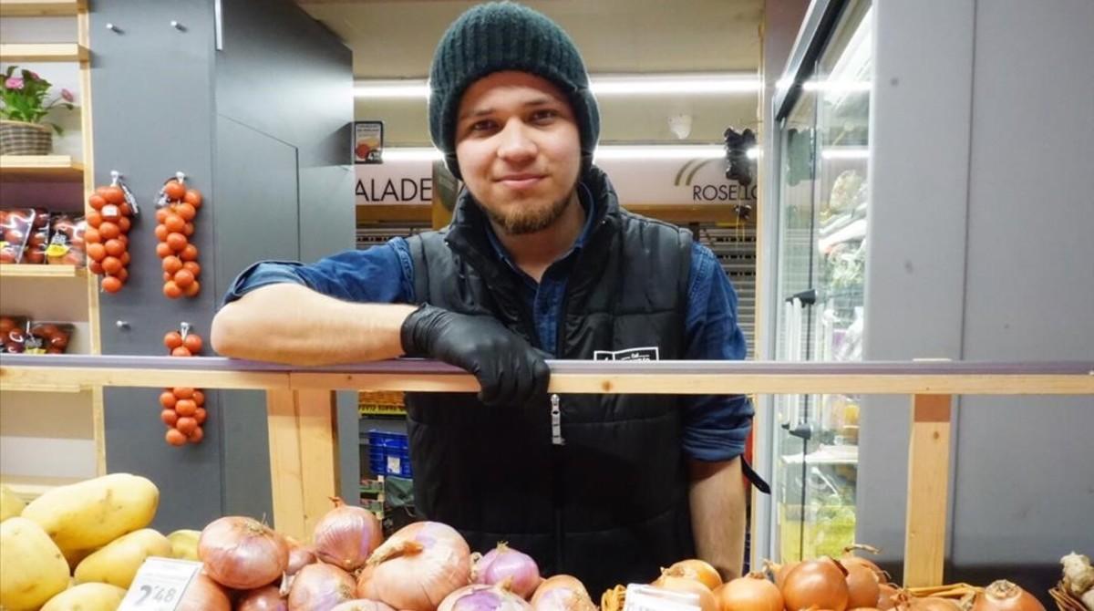 Daniel Baptista en el puesto de frutas y verduras Cal Fruites, en el Mercado de Les Corts