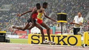 Kipruto, en primer término, y Girma cruzan igualadísimos la meta.