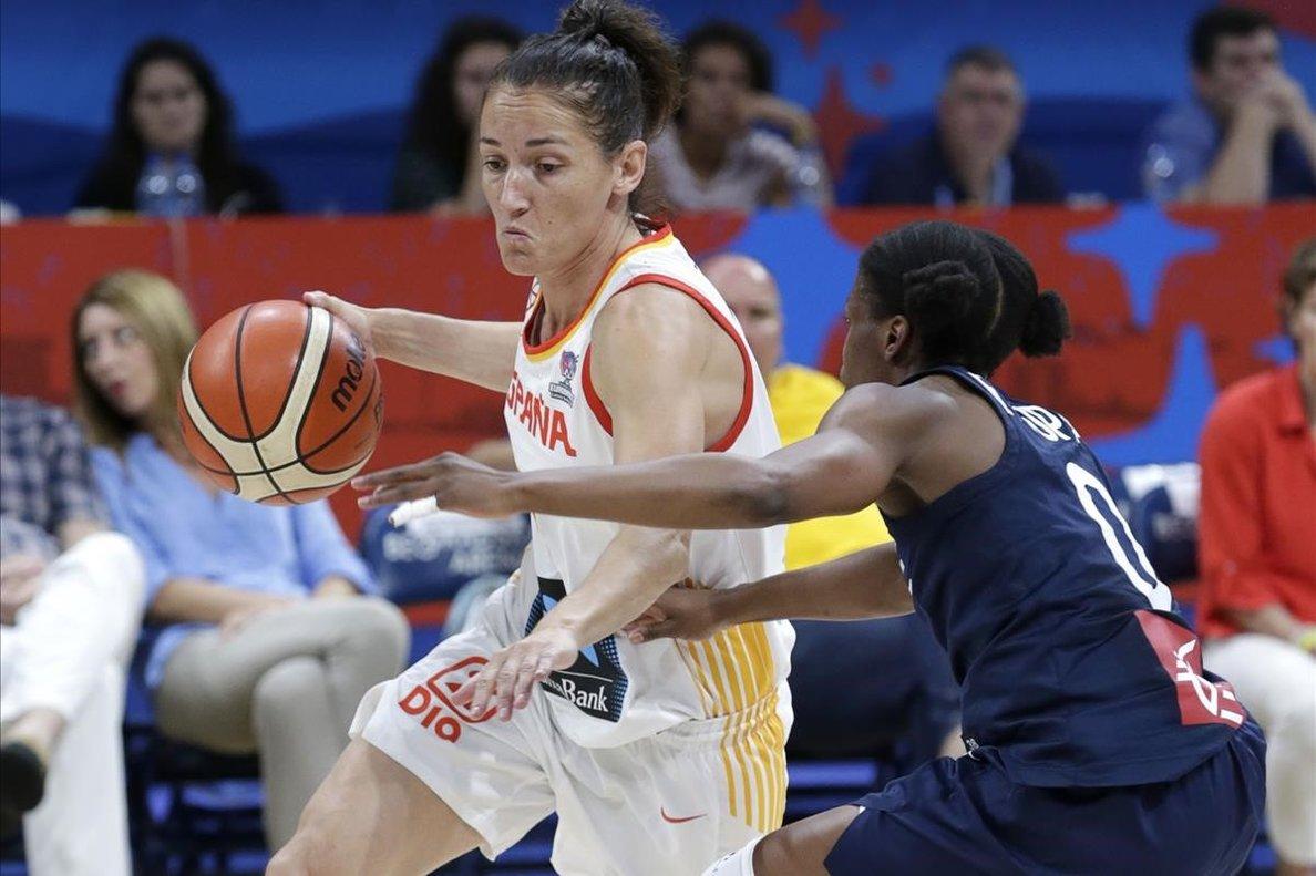 Laia Palau controla el balón, presionada por Epoupa