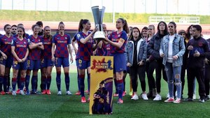 Las capitanas del Barça Vicky Losada y Alexia Putellas ofrecen el título de Supercopa a su afición.