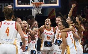 Las jugadoras de la selección celebran el bronce conquistado en Tenerife
