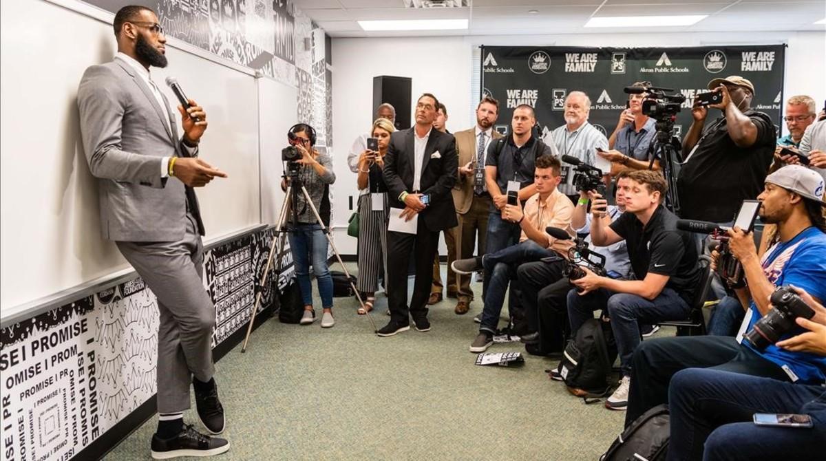 LeBron James atiende a la prensa en una de las aulas de la escuela que inauguró, el pasado lunes, en Akron, su pueblo natal.