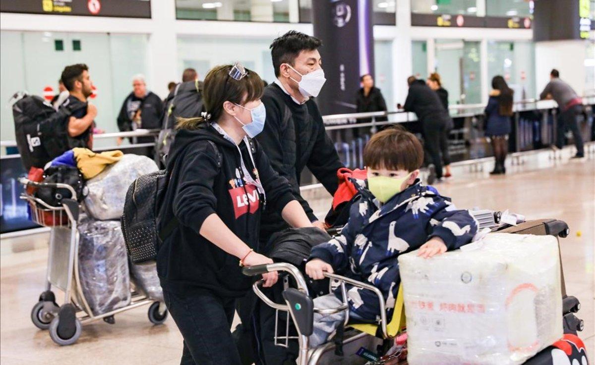 Llegada a Barcelona de pasajeros de un vuelo de Air China procedente de Pekín.