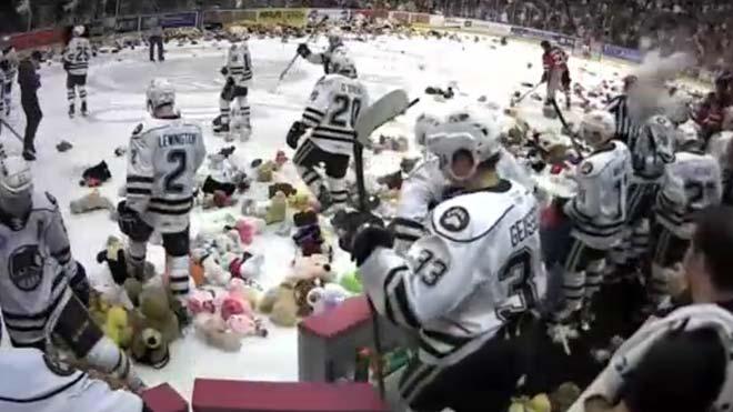 Lluvia de 34.798 ositos de peluche en un encuentro de hockey en Pensilvania.