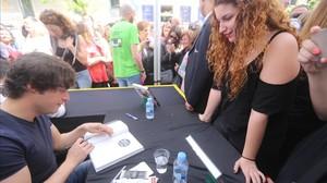 Jordi Cruz, firmando libros en Sant Jordi.