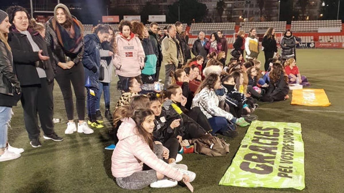Los dos equipos y sus aficionados se plantaron en el campo para protestar por los insultos sexistas.