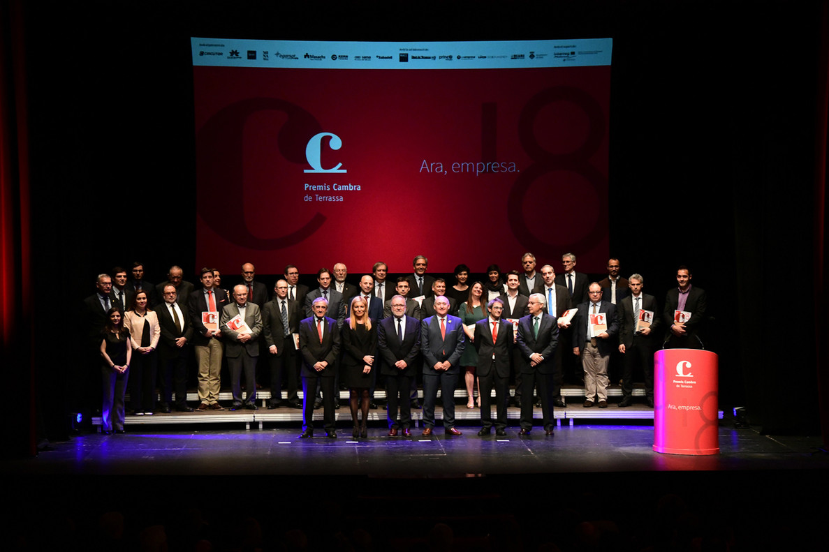 Los galardonados en los Premios Cambra 2018 junto a los representantes institucionales