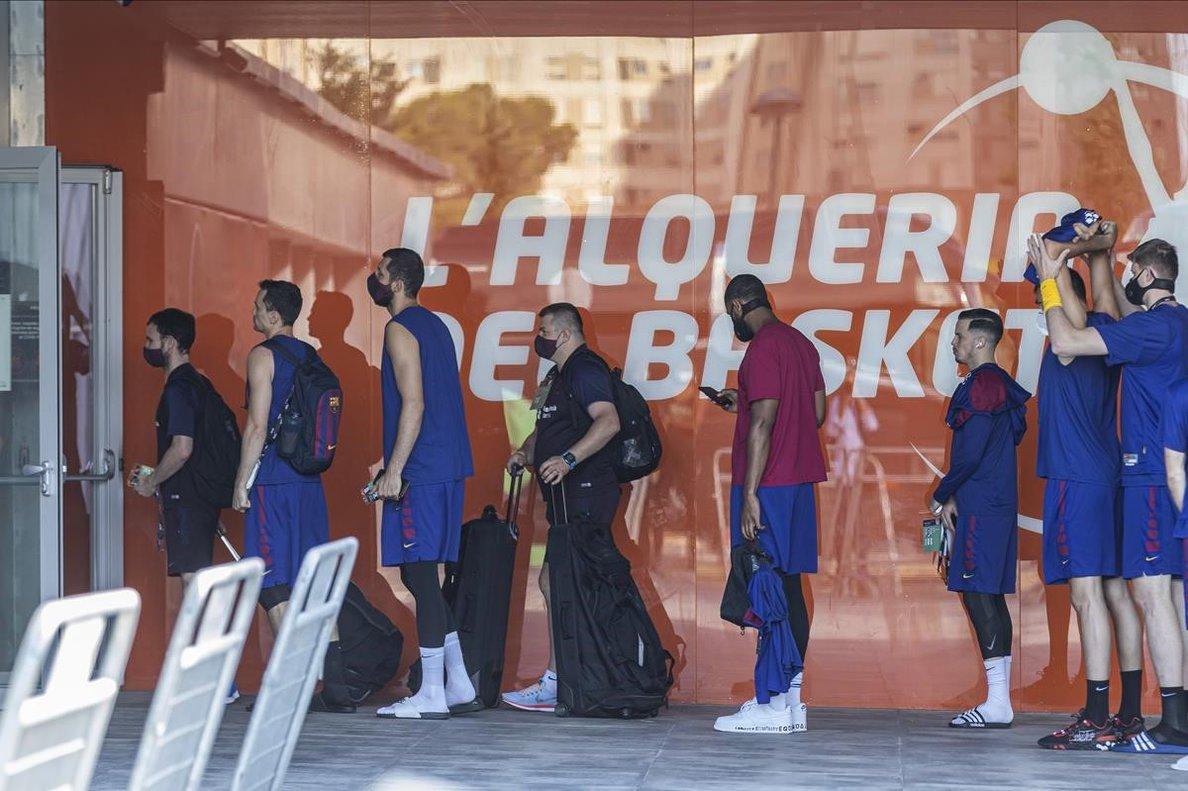 Los jugadores del Barça se someten al control antes de entrar en las instalaciones de l'Alqueria