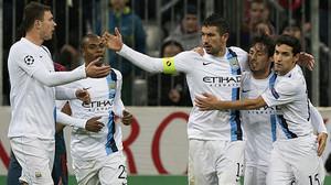 Los jugadores del Manchester City felicitan a Kolarov por su gol ante el Bayern de Múnich, el pasado 10 de diciembre.