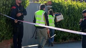 Mossos entran en casa de la urbana Rosa Peral, acusada de matar a su ex, en Vilanova i la Geltrú.