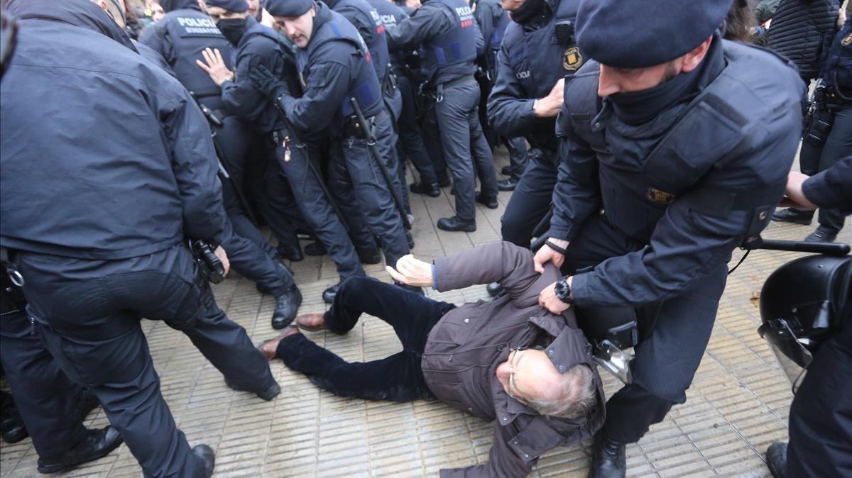 Los Mossos cargan contra los concentrados que intentan impedir el traslado de las obras.