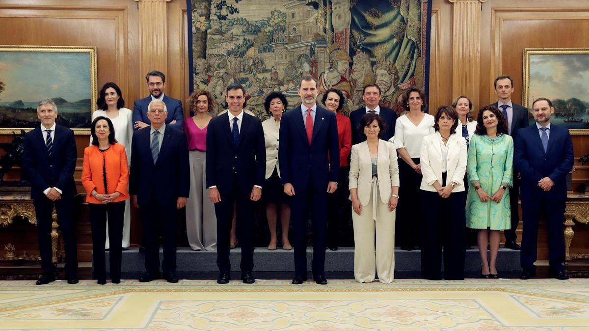 Los nuevos ministros acompañados del Rey Felipe VI y el presidente del Gobierno, Pedro Sánchez.