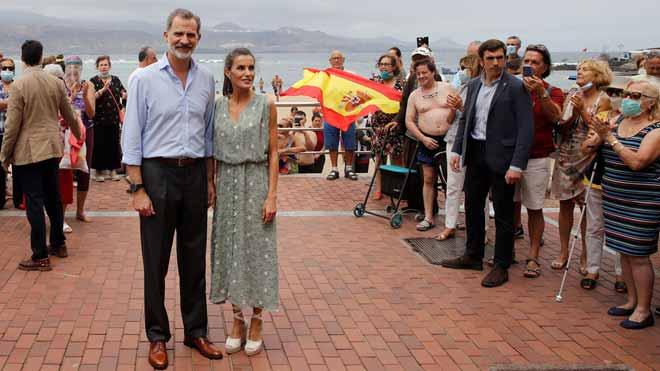 Los Reyes saludan a los bañistas en el Paseo de Las Canteras, en Las Palmas de Gran Canaria.