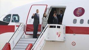 Los reyes Felipe y Letizia, este lunes, en el aeropuerto Adolfo Suárez Madrid-Madrid.