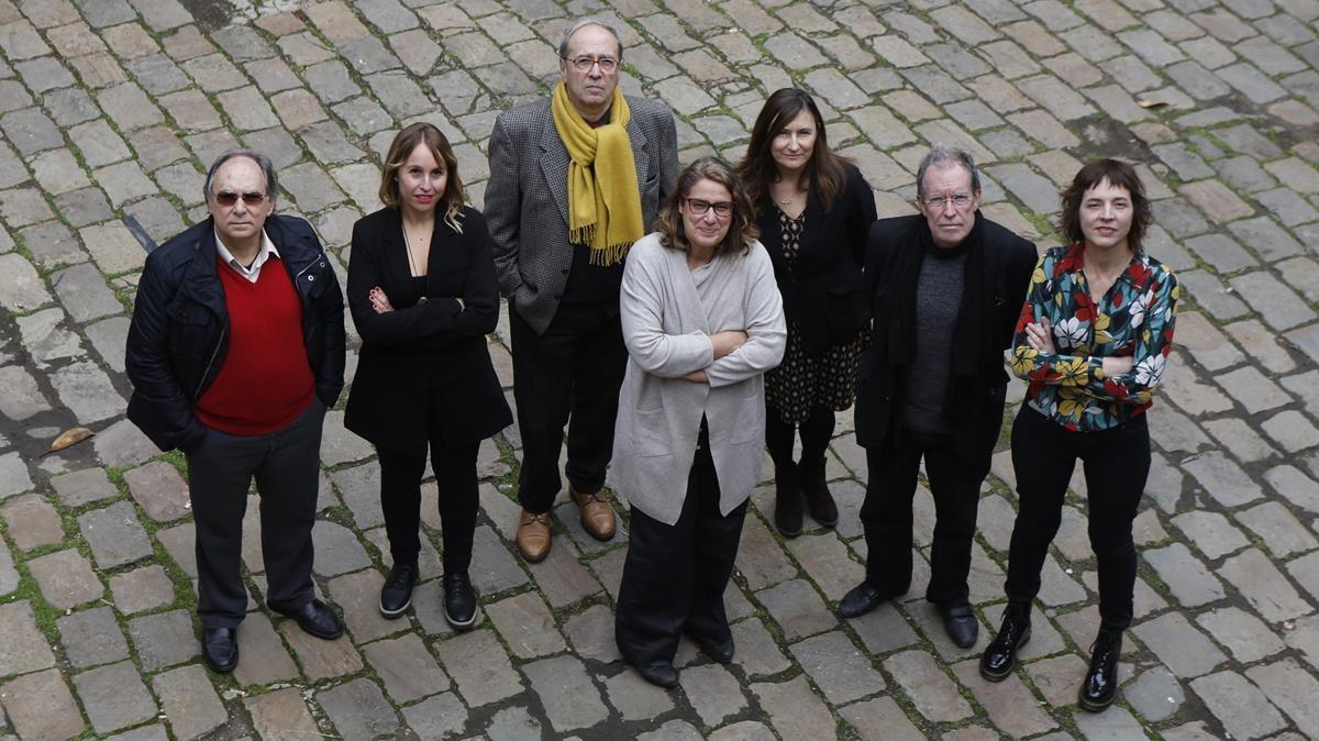 Los siete escritores que inauguran la colección de Comanegra Matar el monstre, de izquierda a derecha, Jordi Coca, Mar Bosch Oliveras, Julià de Jòdar, Ada Castells,Susanna Rafart,Miquel de Palol y Núria Cadenes.