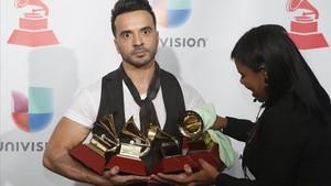 Luis Fonsi, esta noche en la gala de los Grammy Latino, con los cuatro galardones logrados con 'Despacito'.