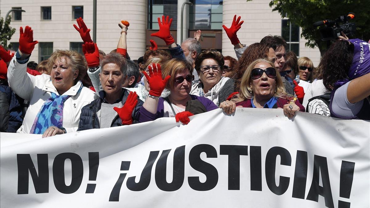 Manifestación de los colectivos feministas en Pamplona por la sentencia de La Manada.