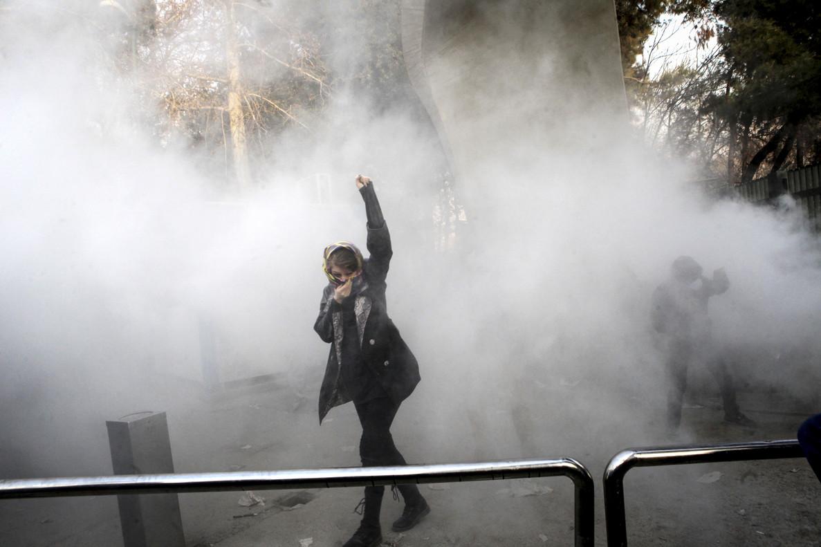 Un manifestante durante una de las protestas cerca de la Universidad de Teherán.