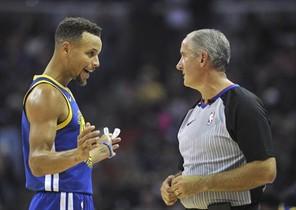 Stephen Curry, multado con 50.000 dólares por lanzar el protector bucal al árbitro