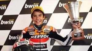 Marc Márquez, con 15 años, en el podio (3º) del GP de Bra Bretaña de 125cc.
