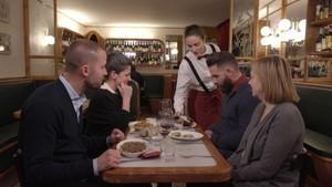Marc Ribas y los concursantes de 'Joc de cartes' de TV-3, en el Bar Muy Buenos.