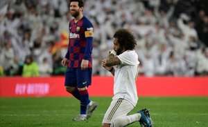 Marcelo reza después de que Mateu Lahoz pitara el final del encuentro.