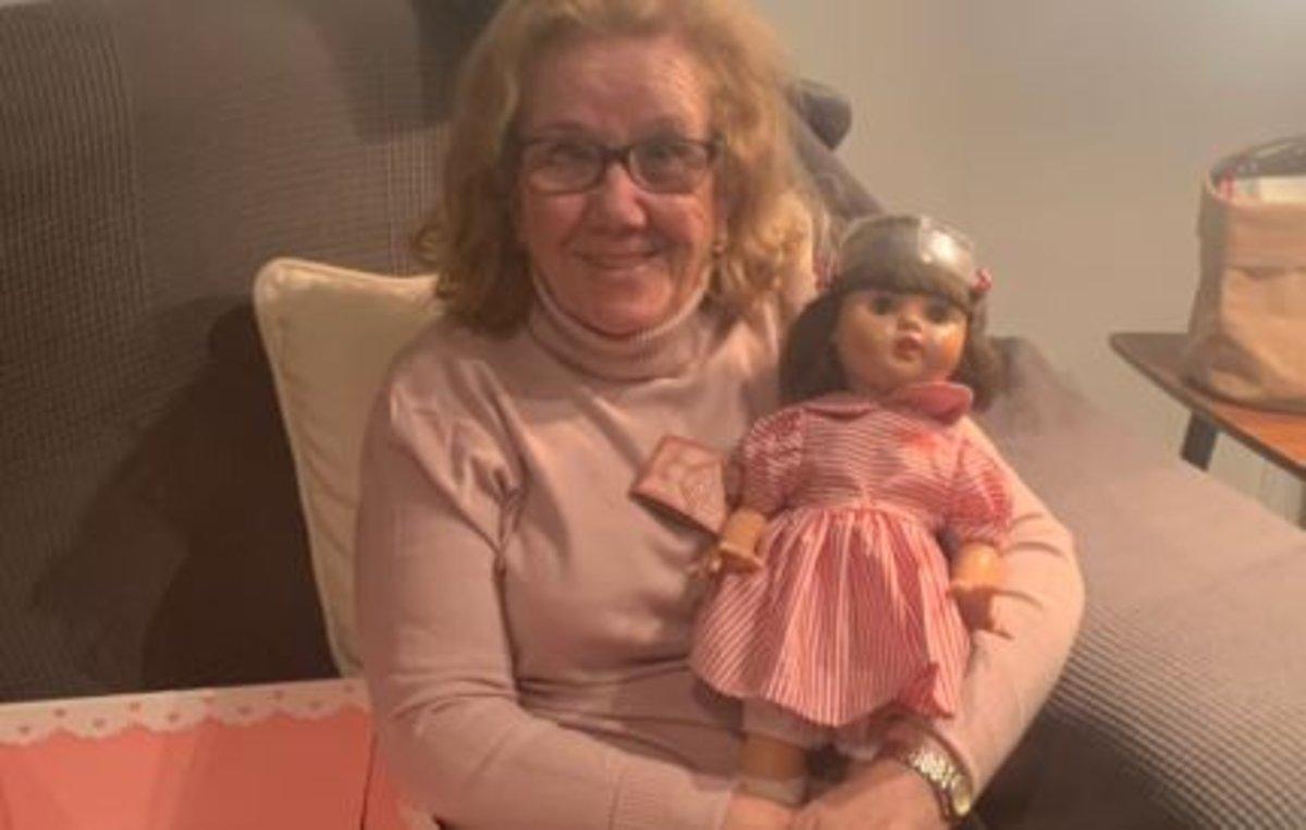 La emocionante reacción de una abuela al recibir la Mariquita Pérez con la que sueña desde hace 71 años