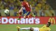 Mata salta por encima de Luiz Gustavo para esquivar al centrocampista