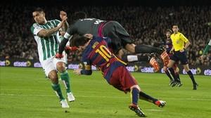 Messi, arrollado por el portero Adán en el Camp Nou.