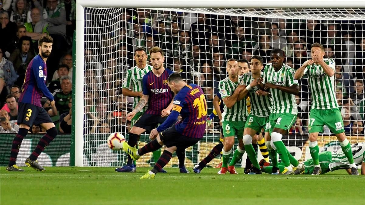 Messi ejecuta la falta del primer gol ante el Betis.