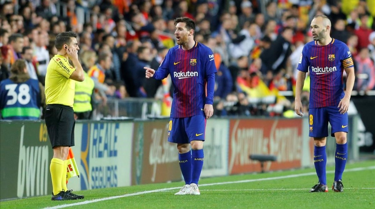 Messi e Iniesta protestan al asistente la jugada del gol no concecido.