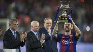 Messi levanta el trofeo de la Supercopa del 2016 tras vencer al Sevilla.