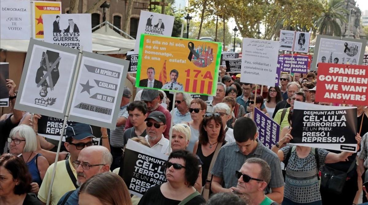 Miembros de los CDR en la marcha en homenaje a las víctimas de los atentados del 17A.