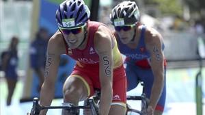 Mola, con el costarricense Chacón, en el sector ciclista del triatlón.