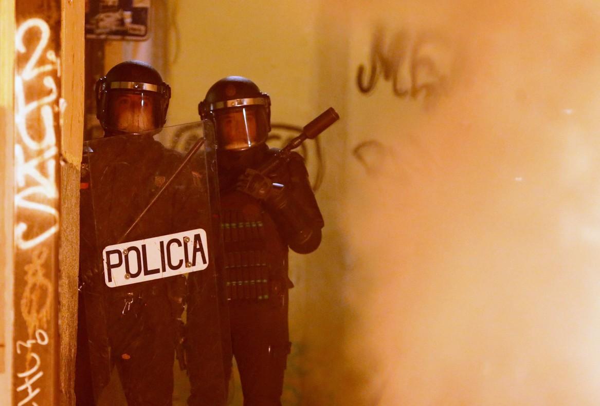 GRAF3255 MADRID 15 03 2018 - Policias antidisturbios en la calle Meson de Paredes con la calle del Oso en el barrio de Lavapies de Madrid tras la muerte de un mantero de un paro cardiaco durante un control policial contra el top manta en el barrio de Lavapies de Madrid Tras el suceso se han concentrado decenas de personas en protesta contra la presion policial que existe en la zona contra los vendedores del top manta EFE JAVIER LIZON