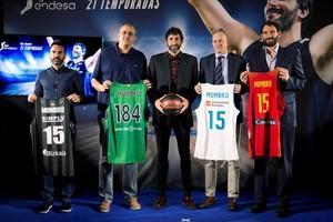 Mumbrú, junto a sus excompañeros Jesús Ramirez (Bilbao), Juanan Morales (Joventut), Alberto Herreros (Madrid) Y Jorge Garbajosa (federación), con las camisetas de los equipos en los que jugó.