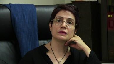 """Nasrin Sotoudeh: """"Casi todas las mujeres detenidas en Irán por quitarse el hiyab son torturadas"""""""