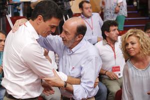 Pedro Sánchezabraza a su antecesor Alfredo Pérez Rubalcaba.