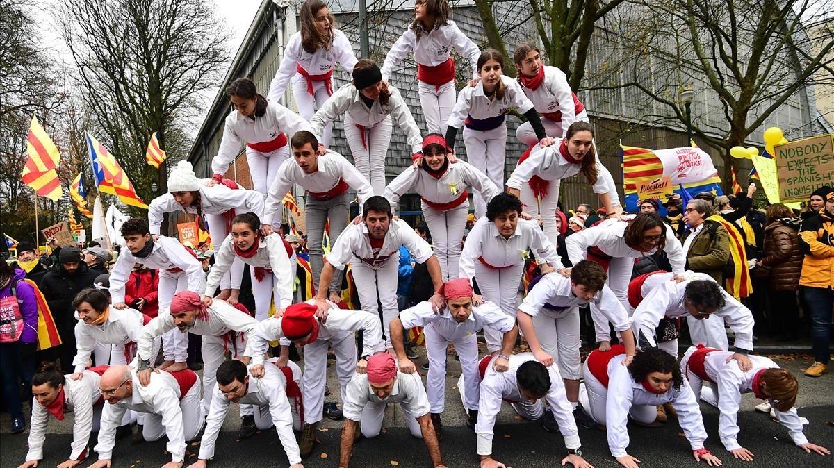 Numerosas entidades como castellers y bastonaires, están presentes en la concentración.