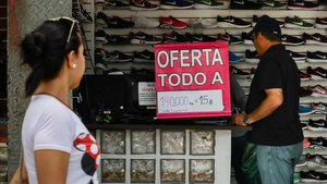 Oferta de zapatillas deportivas en un establecimiento de Caracas, el pasado mes de julio.