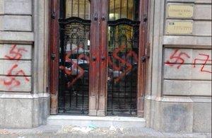 Uns desconeguts pinten esvàstiques nazis a la façana de la seu d'Òmnium Cultural