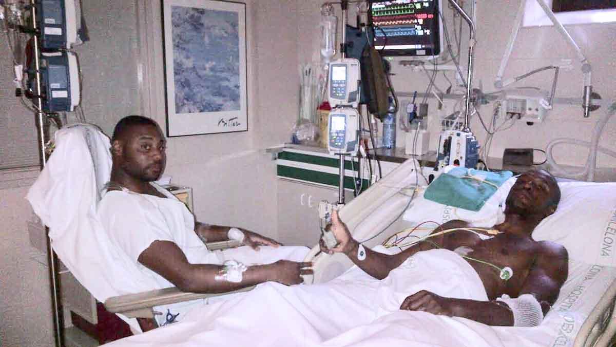 Abidal, con su primo, tras el trasplante.