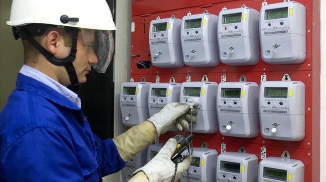 Un operario de Endesa instalando contadores digitales.