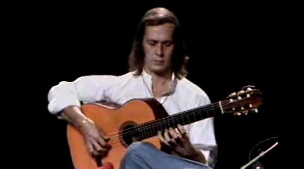 El guitarrista toca la peça de guitarra que combina flamenc i gypsy-jazz.