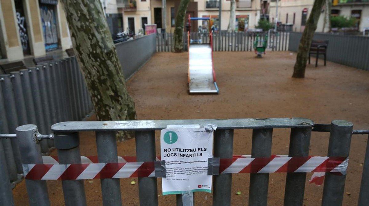Un parque infantil cerrado en Barcelona durante la pandemia.