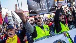 Participantes en la manifestación de Barcelona por la equiparación salarial de policías nacionales y guardias civiles con los mossos.